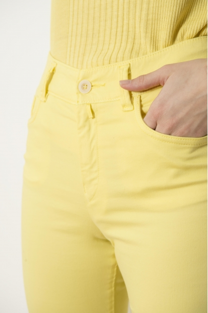 "5-pocket slim trousers in ""satin strech"" 66% Cotton 31% polyamide 3% Elastane"